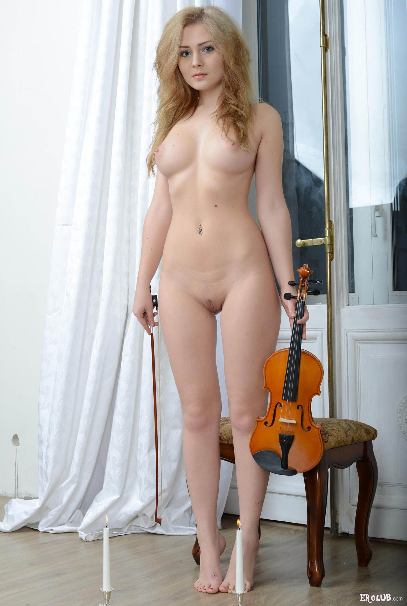 Соло очень красивой голой девушки 12 фотография