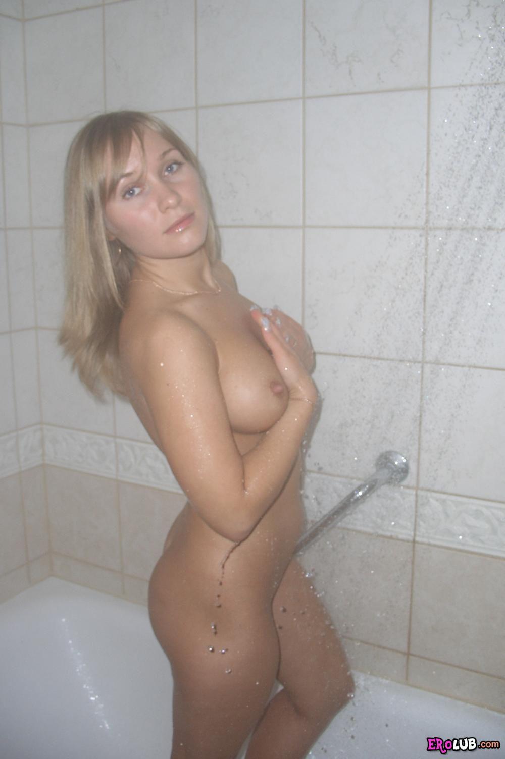 порно девки с красивой грудью купается перед еблей