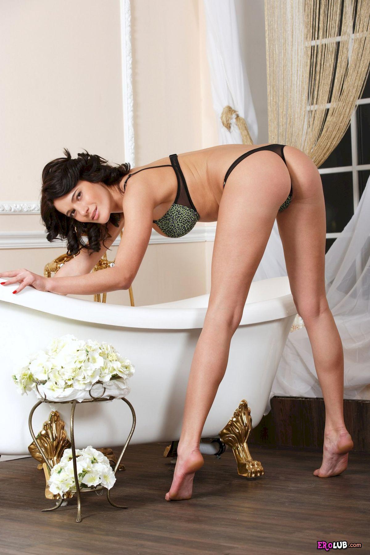Эротика в ванной девушки с большим влагалищем