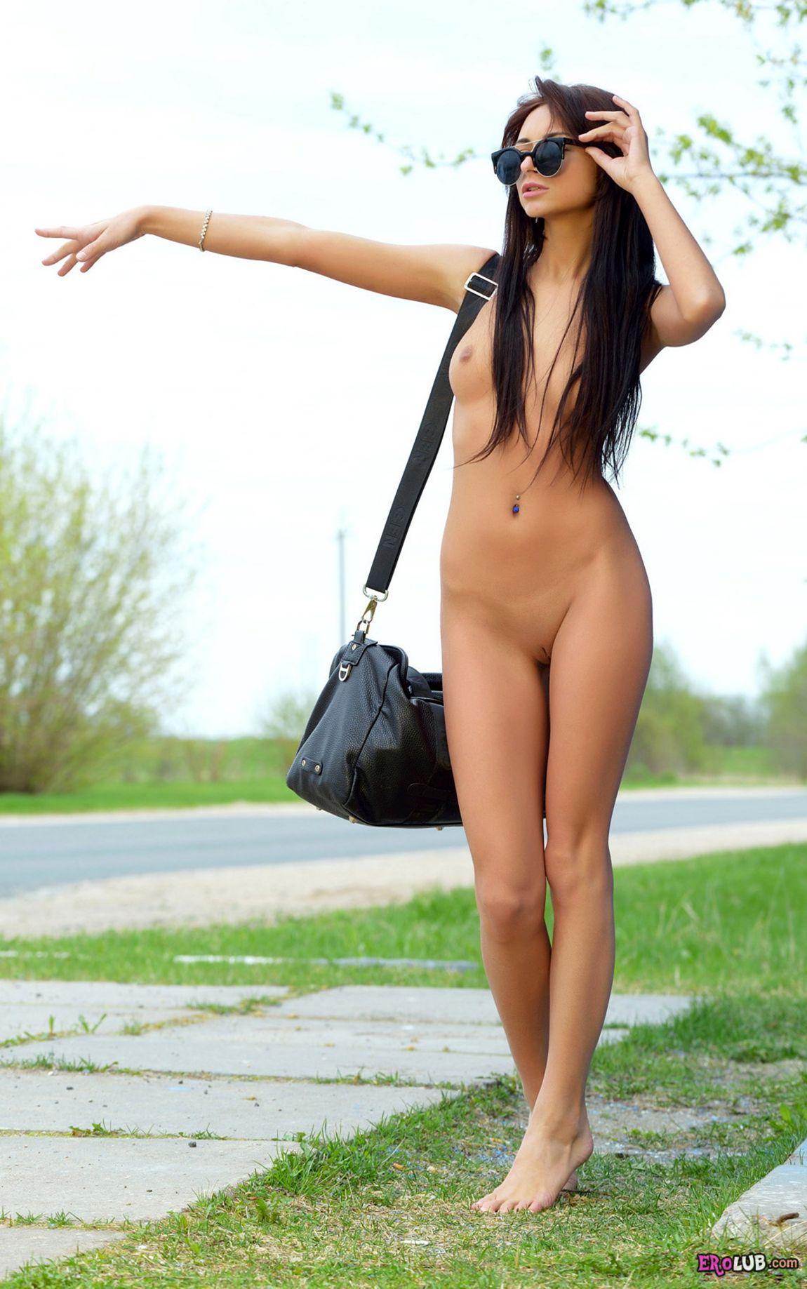 на дороге голые девушки