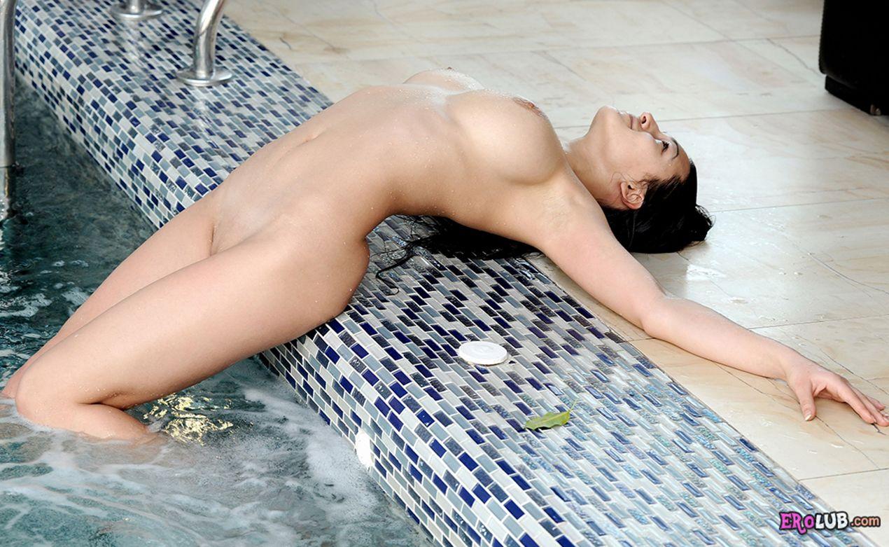 голые девушки в бассейне фото
