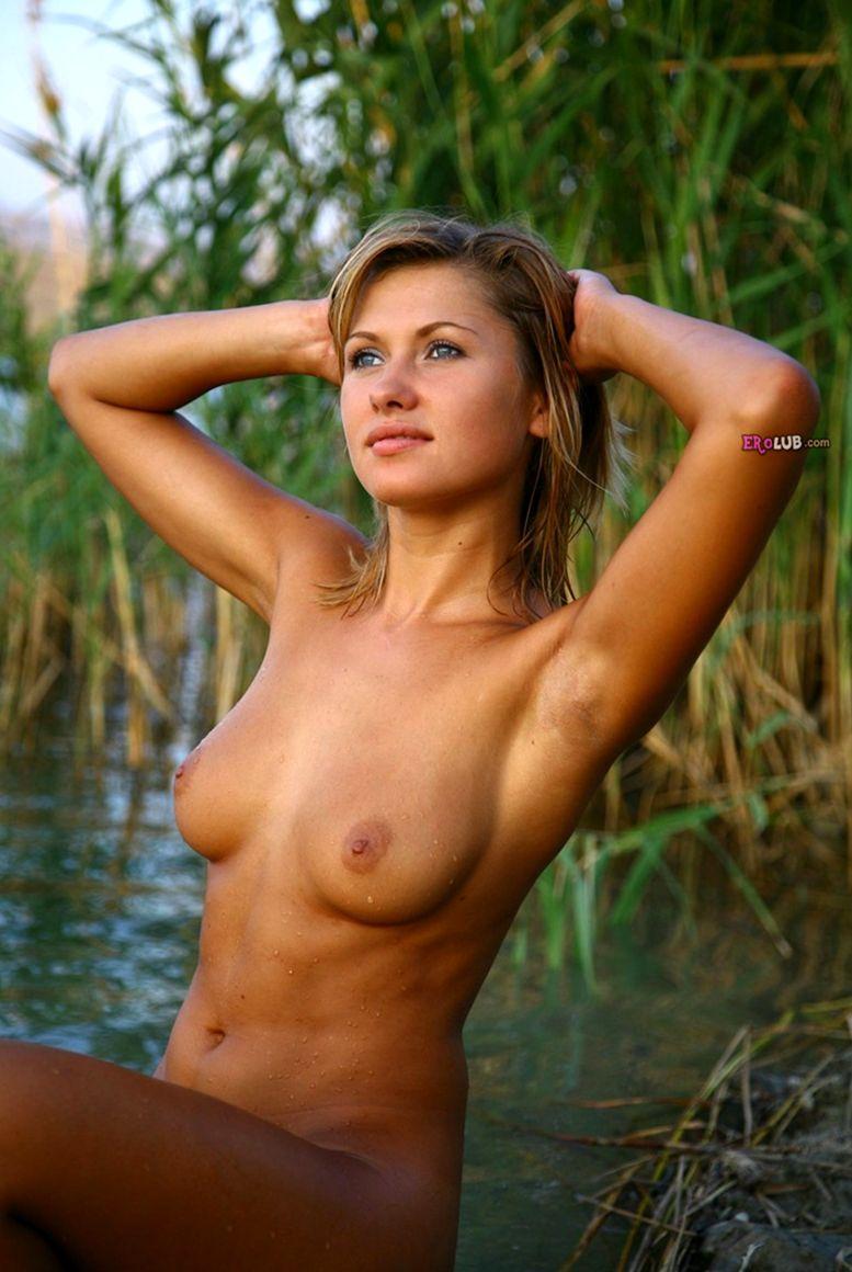 Голые на речке  Эротика фото голых девушек на golovstvoru