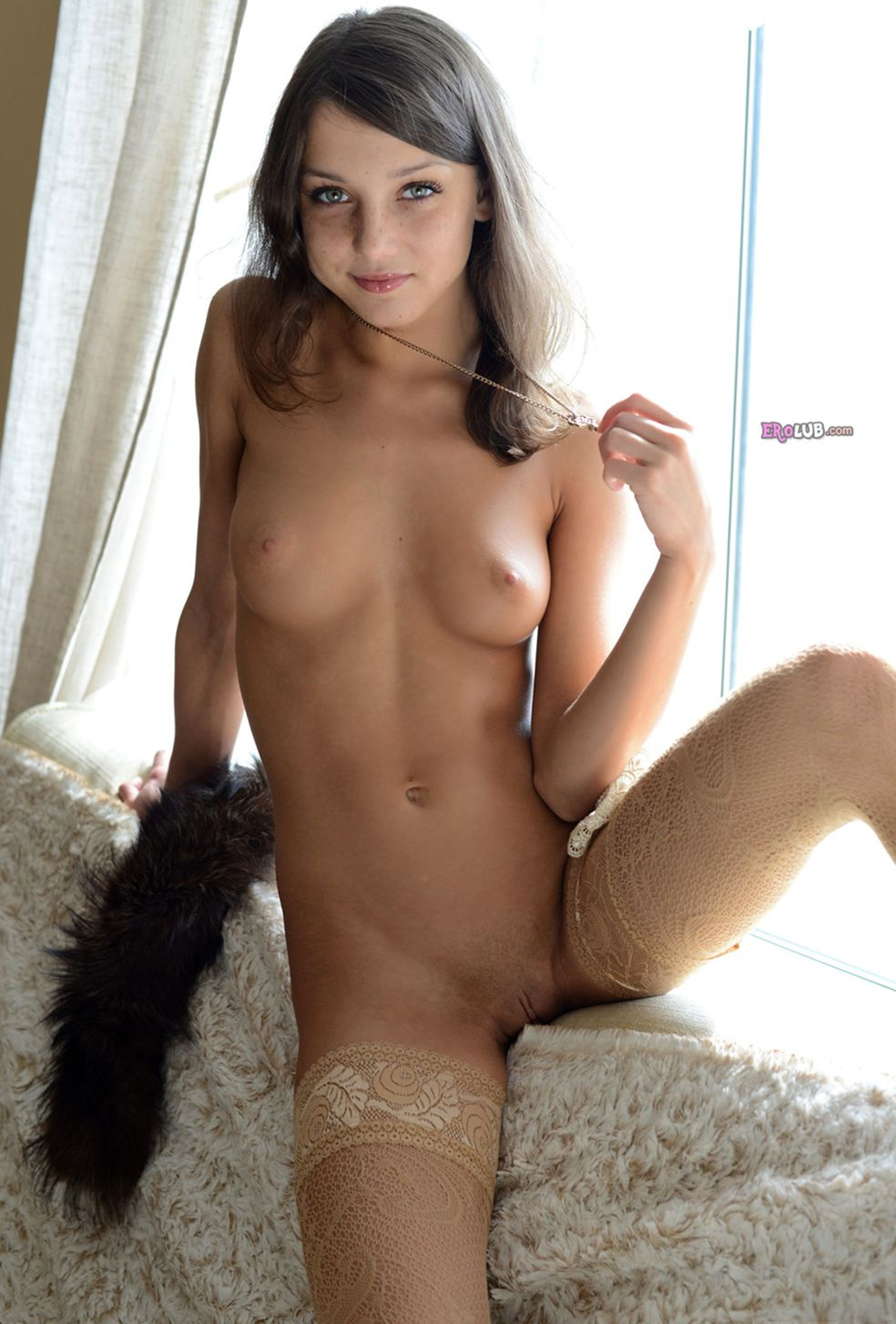 попки голых красавиц в чулках