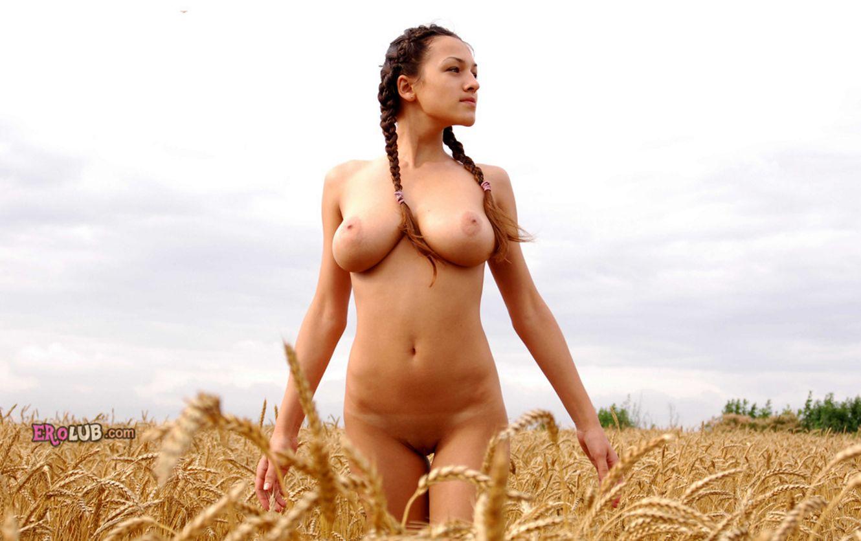 Голые женщины в поле