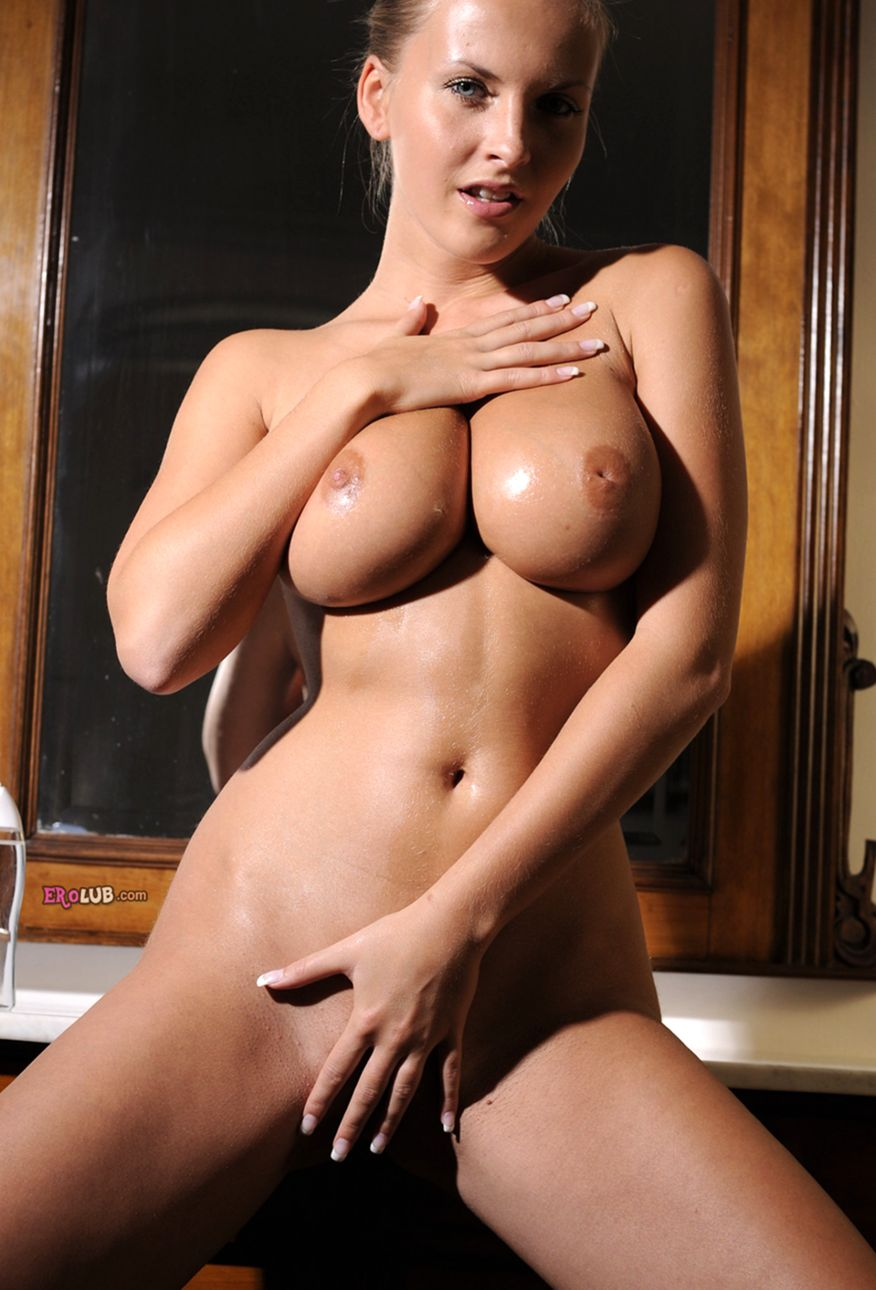 Голая блондинка с большими натуральными дойками в душе